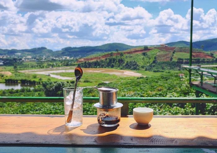 Thưởng thức cà phê ở Đà Lạt vào sáng sớm ngắm cảnh đẹp còn gì tuyệt vời hơn