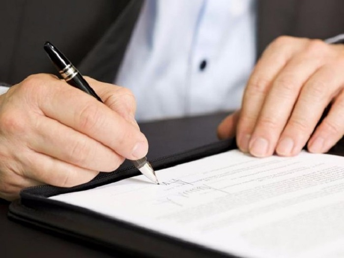 đọc kỹ hợp đồng thuê xe trước khi ký
