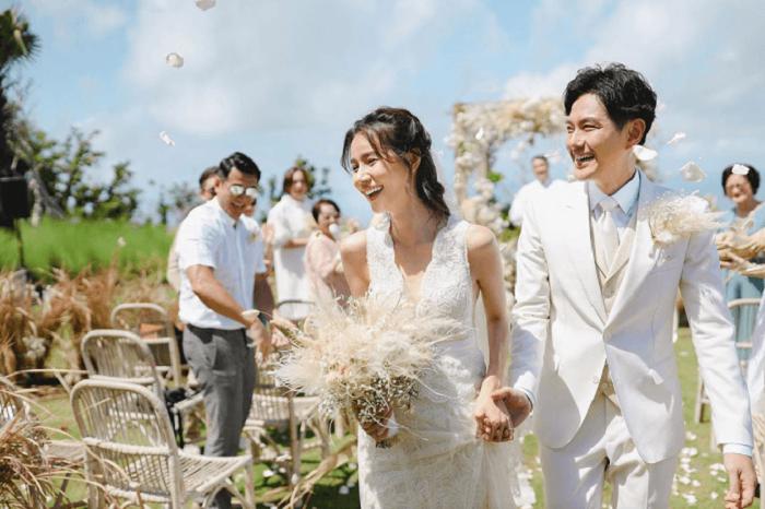 Dâu rễ lộng lẫy bên dàn xe cưới