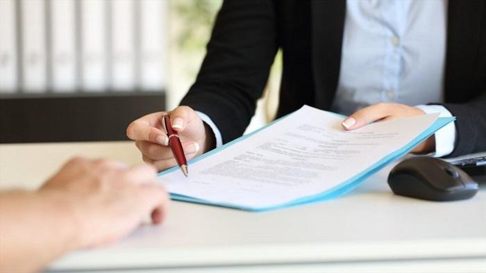 Nhân viên tư vấn kỹ lưỡng trước khi ký hợp đồng thuê xe