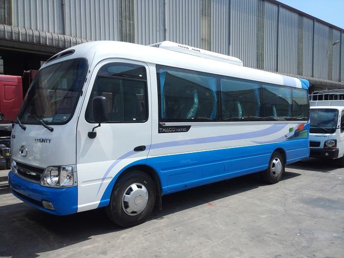 Xe 29 chỗ màu trắng xanh chuyên chở khách du lịch